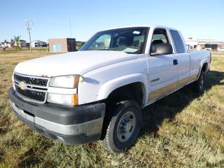 *SELLING OFFSITE COALDALE, AB* 2006 Chevrolet Silverado 2500HD 4x4 c/w 6.0L V8, Auto, AC, Tilt, Cruise, Pwr Windows, Locks, & Mirrors. Kms Unknown.              S/N 1GCHK29U36E105402.