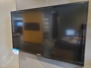"Samsung Flatscreen 32"" tv"
