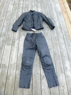 Women's Size Medium Harley-Davidson FXRG Series 1 Leather Jacket w/ Lining C/w Harley-Davidson FXRG Size 6 Leather Pants