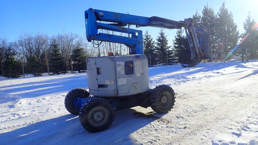 2000 Genie Z-34/22 500lb Cap. 34ft Articulated Boom Lift C/w Kubota WG750 LP-2 Gas Engine. Showing 3020hrs. SN 1760. *Note: Needs New Battery*