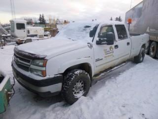 2006 Chevrolet 2500 HD 4X4 Crew Cab Diesel Pick Up C/w A/T, Duramax 6.6L, 8ft Box, Trailer Hitch. VIN 1GCHK23D16F161566. Unit V-19 *Note: Running Condition Unknown, No Keys*